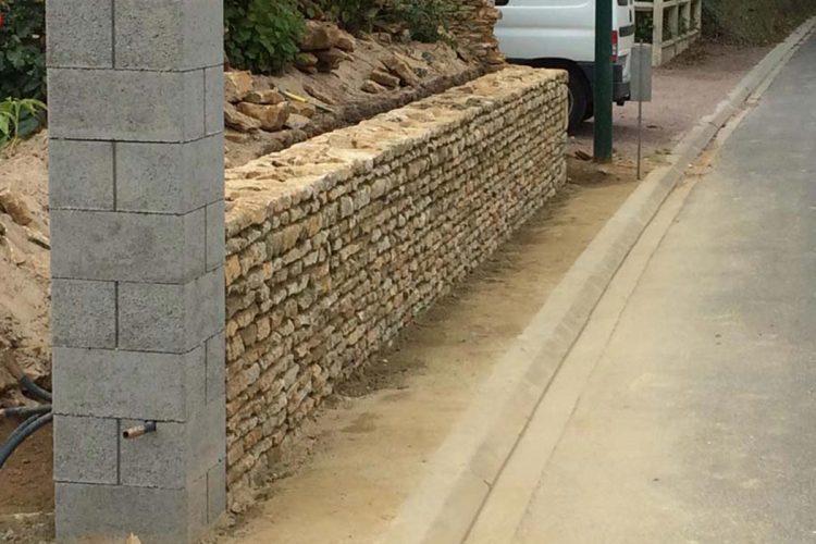 mur en moellon avec poteau beton